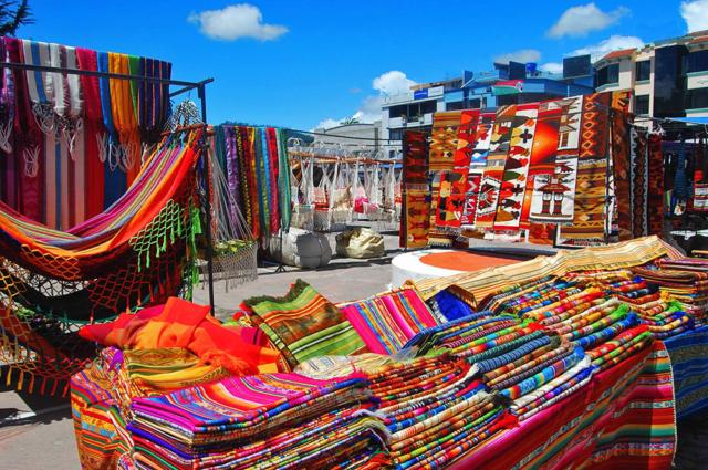 mercado plaza de ponchos otavalo
